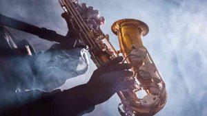 Un saxofon alto en manos de un musico