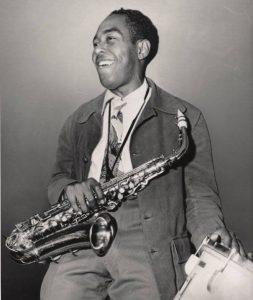 Charlie Parker con un saxofón alto