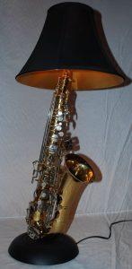 saxofon de segunda mano que ha sido reutilizado como lamparaa