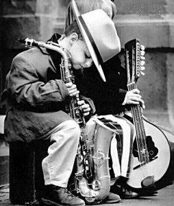 Niño pequeño con saxofón alto