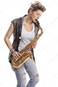 Mujer con saxofón alto tocando canción de saxofón alto